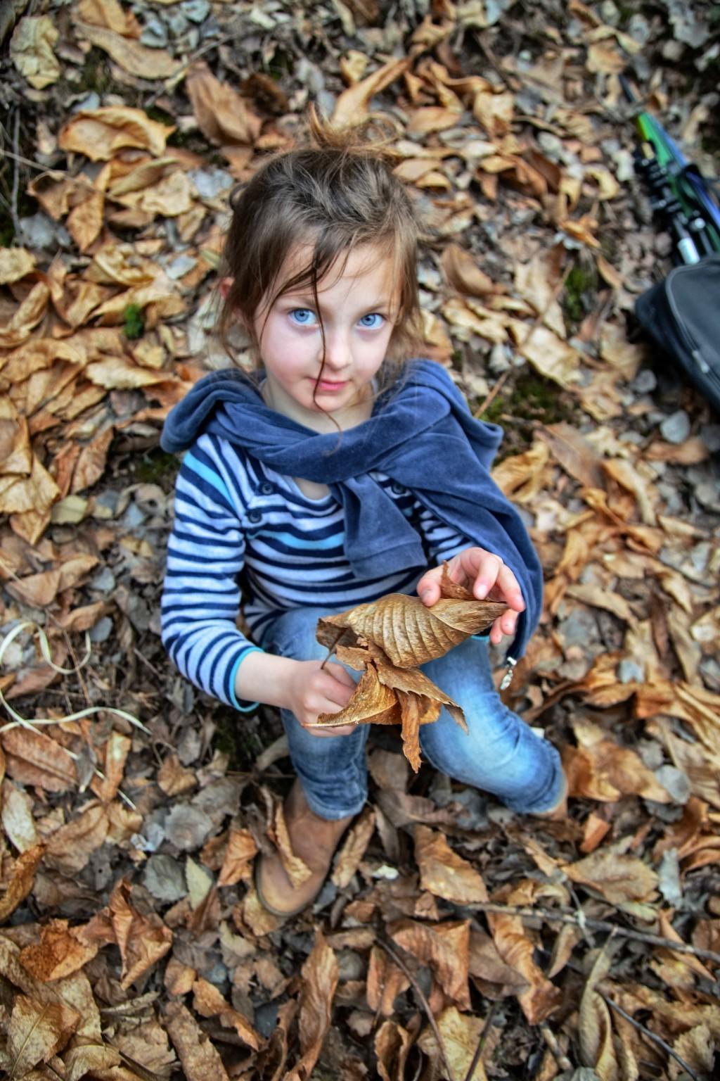 Fille au feuilles